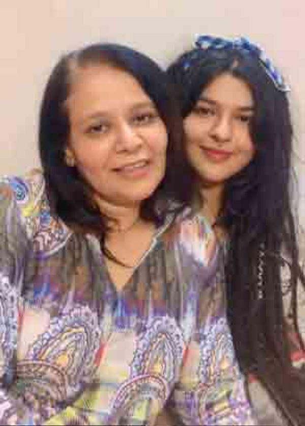 माँ पुष्पा के साथ निधि
