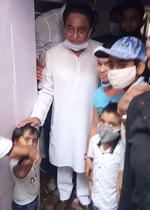 स्व. शकुन्तला मुदगल के यहां बच्चों के साथ कमलनाथ