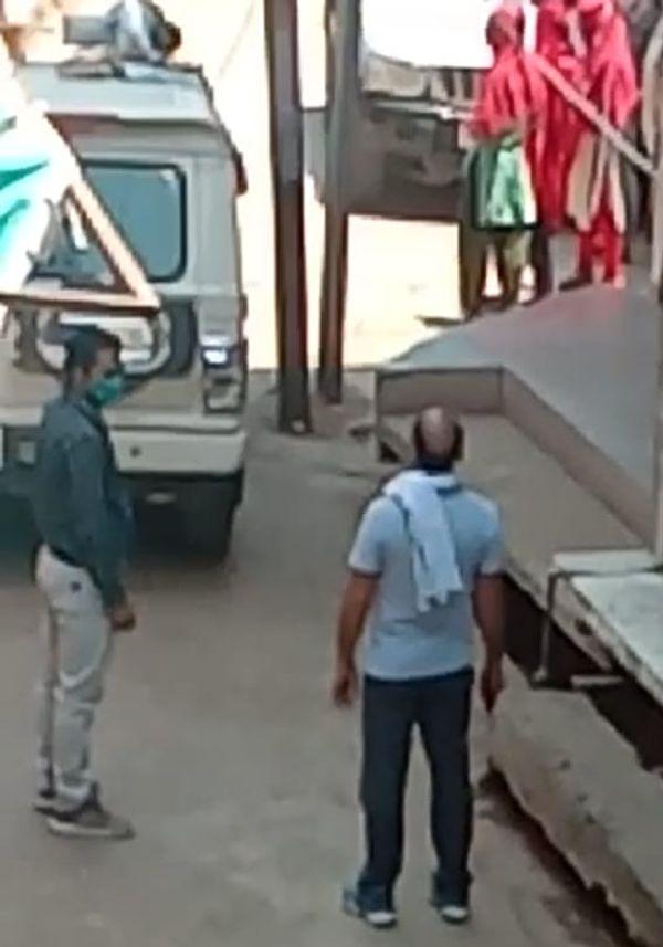 घटना स्थल पर मौजूद अधिकारी।