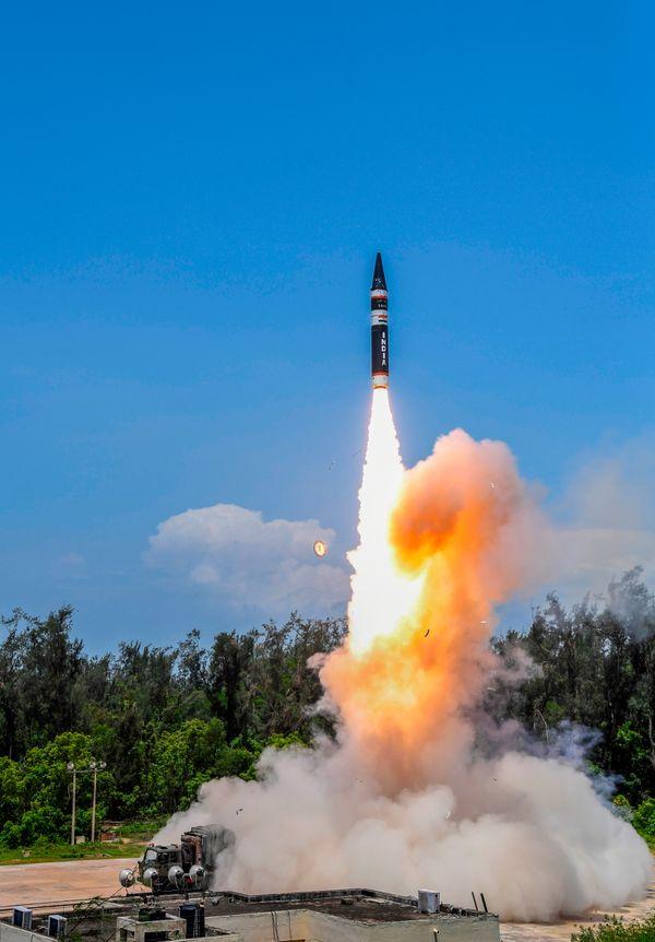 अग्नि प्राइम की रेंज 2000 किमी है और यह मिसाइल परमाणु हथियार ले जाने में सक्षम है।