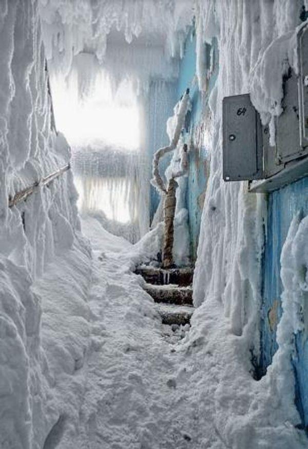 सीढ़ियों पर हर तरफ बर्फ ही बर्फ जमी हुई है।