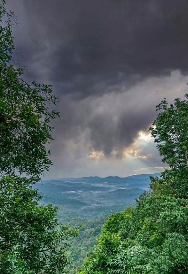 बादलों के बीच पहाड़ियाें का नजारा काफी खूबसूरत नजर आया। हालांकि आसमान में घने बादल छाए हुए हैं।