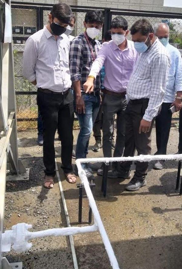 एम्स में नगर निगम के इंजीनियर ऑक्सीजन सप्लाई सिस्टम का निरीक्षण करते हुए।