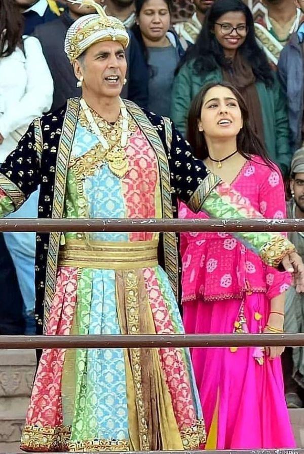 फिल्म की शूटिंग के एक सीन में अक्षय कुमार और सारा अली खान।