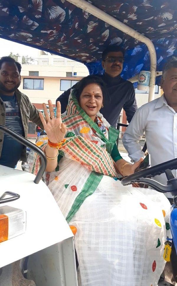 ट्रैक्टर चलाकर आईं कांग्रेस पार्षद माया राजेश त्रिवेदी।