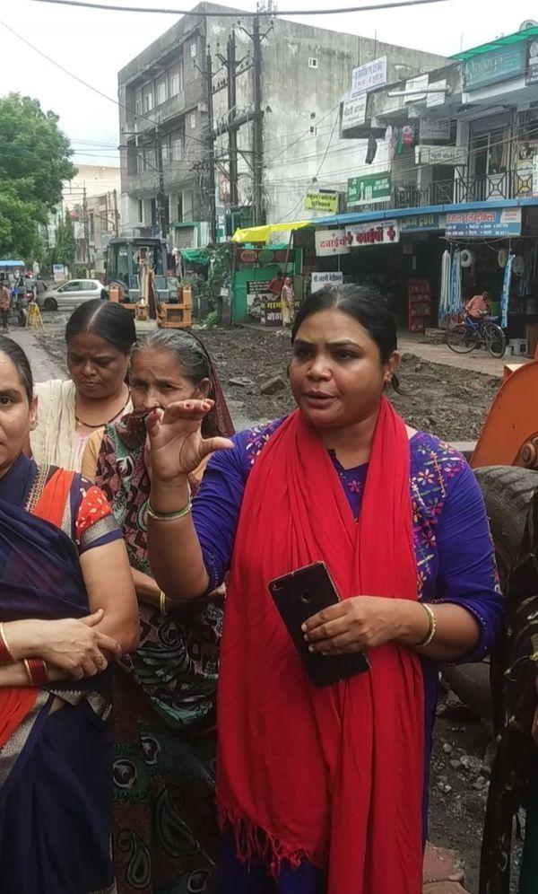 लाइन फूटने के कारण घरों में पानी और पत्थर चले गए। इससे हुए नुकसान के बारे में बताती रहवासी मोना व अन्य महिलाएं।
