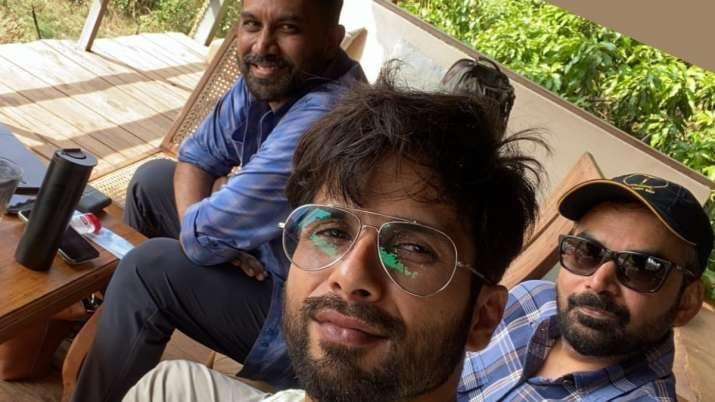 राज और डीके के साथ शाहिद कपूर।