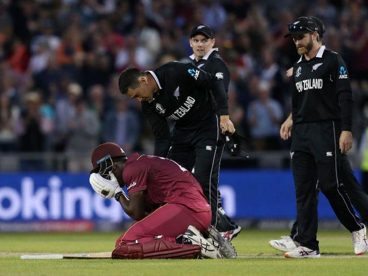 वेस्टइंडीज की हार के बाद ब्रेथवेट को ढांढस बंधाते न्यूजीलैंड के रॉस टेलर। - Dainik Bhaskar