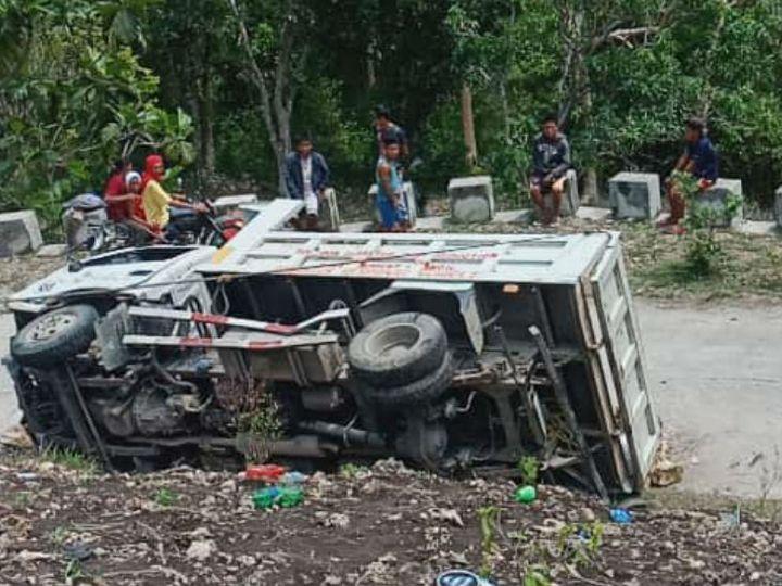 फिलीपींस में बच्चों से भरा ट्रक हाईवे पर पलट गया। - Dainik Bhaskar