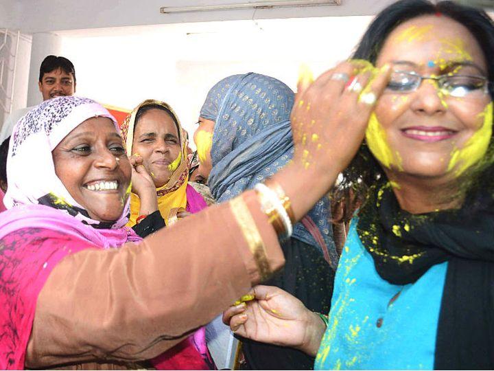 तीन तलाक बिल पास होने पर पटना में खुशी मनाती महिलाएं। - Dainik Bhaskar