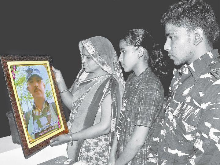 पत्नी सरोज देवी, बेटी पलक और पिता की वर्दी में बेटा हर्षित। - Dainik Bhaskar