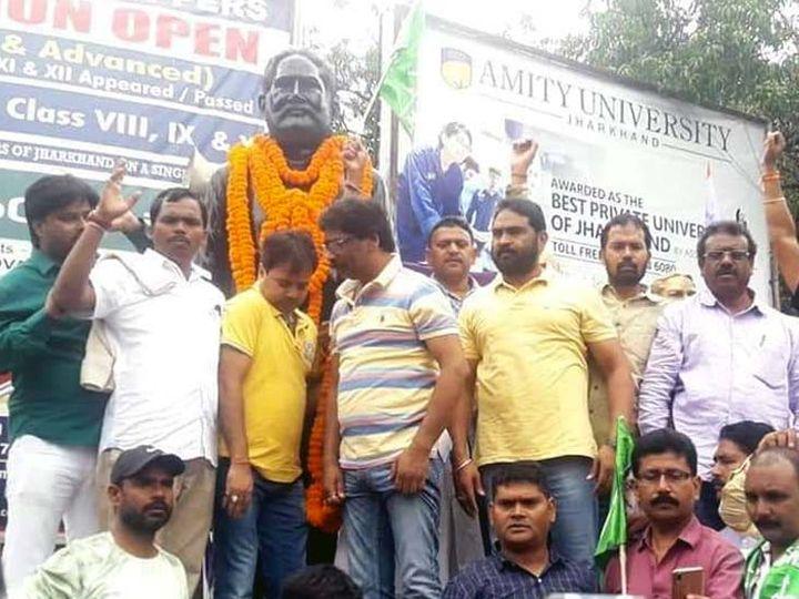 शहीद निर्मल महतो के 32 वें शहादत दिवस पर झामुमो सहित कई संगठनों ने श्रद्धासुमन अर्पित किया। - Dainik Bhaskar