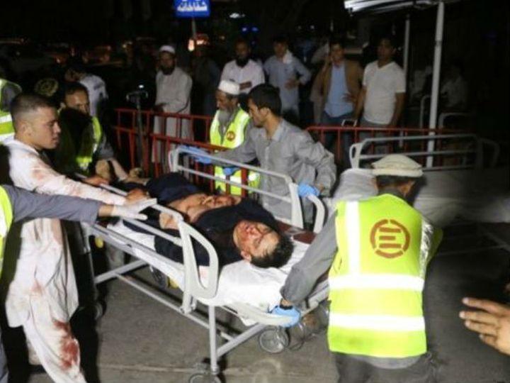 घायलों को अस्पताल ले जाते पुलिसकर्मी। - Dainik Bhaskar