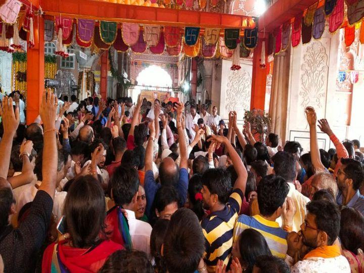 श्री गोविंद देव जी मंदिर में बधाई लूटते श्रद्धालु - Dainik Bhaskar