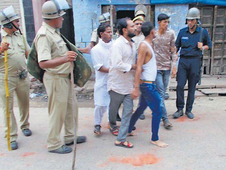 उपद्रवियों की धरपक्कड़ करती पुलिस। - Dainik Bhaskar