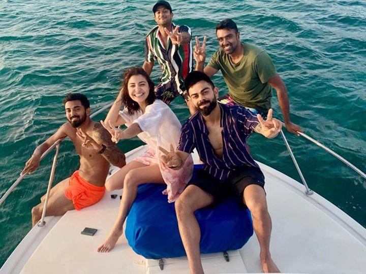 विराट और अनुष्का, रविचंद्रन अश्विन (विराट के पीछे दाईं ओर), मयंक अग्रवाल (अनुष्का के पीछे) और लोकेश राहुल (नारंगी शॉर्ट्स में) - Dainik Bhaskar