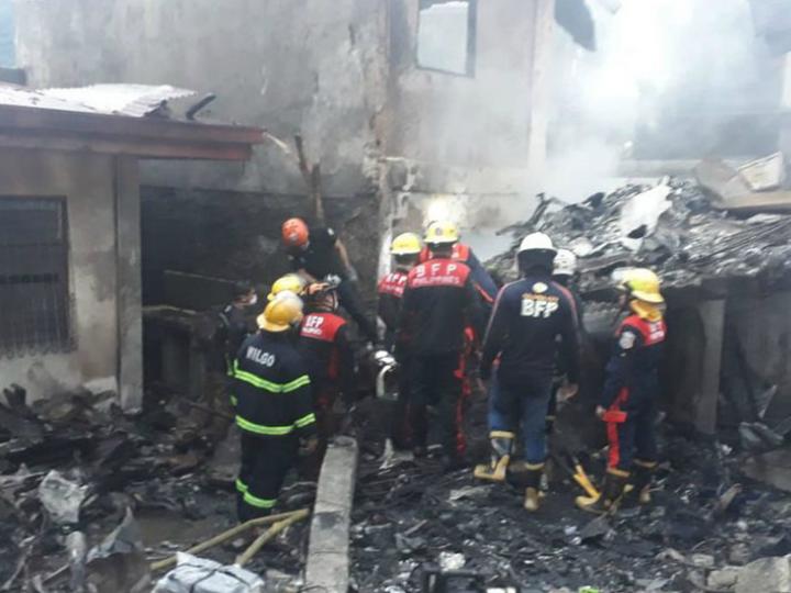 विमान के दुर्घटनाग्रस्त होने के बाद बचाव कार्य जारी है। - Dainik Bhaskar