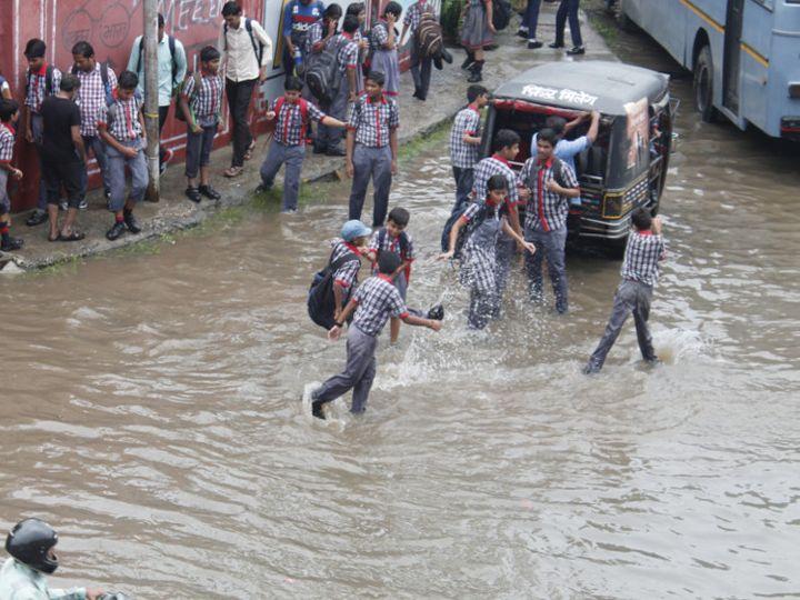 टोंक फाटक अंडरपास पर पानी भरने से स्कूली बच्चों को परेशानी हुई। - Dainik Bhaskar