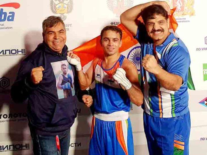 अमित पंघाल मैच जीतने के बाद अपने कोच जगदीप हुड्डा और चाचा नारायण के साथ। - Dainik Bhaskar