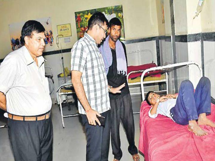 चूरू. डीबी अस्पताल स्थित शिशु वार्ड में भालेरी स्कूल के विद्यार्थियों की कुशलक्षेम पूछते कलेक्टर। - Dainik Bhaskar