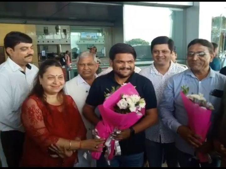 स्वामी विवेकानंद एयरपोर्ट पर हार्दिक पटेल का हुआ स्वागत - Dainik Bhaskar
