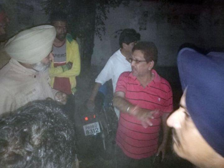 जालंधर के लाडोवाली रोड पर पुलिस को जानकारी देते लूट की वारदात के पीड़ित सुरेंद्र पाल सेवी। - Dainik Bhaskar