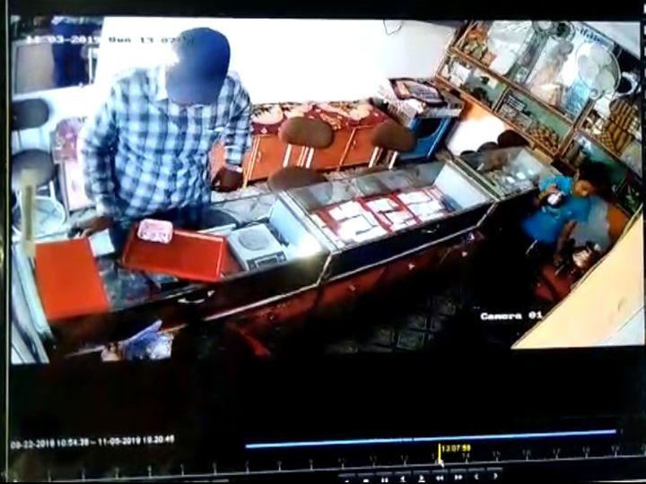 बैतूल। सीसीटीवी फुटेज में दिख रहा चोर। - Dainik Bhaskar