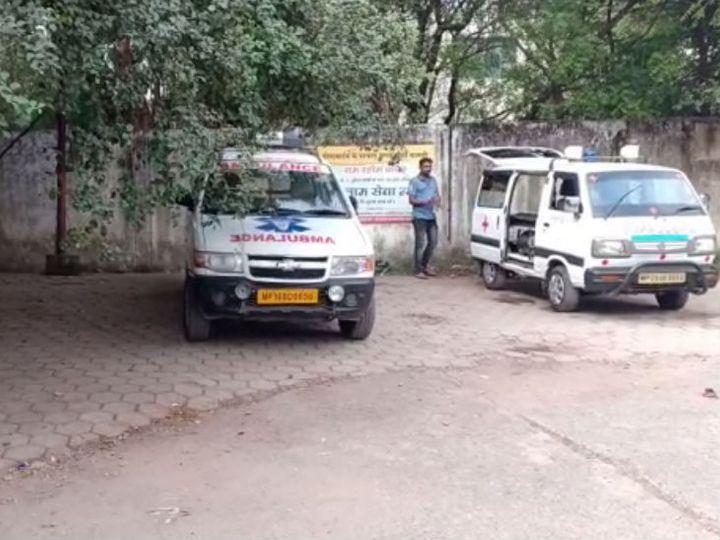 पुलिस एंबुलेंस से मृतका को अस्पताल लेकर पहुंची। - Dainik Bhaskar