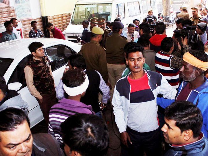 लखनऊ के सिविल अस्पताल में पीड़िता का हाल जानने के लिए जमा लोगों की भीड़। - Dainik Bhaskar