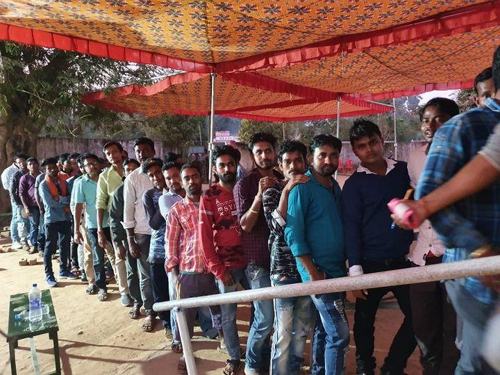 नगरीय निकाय चुनाव के लिए शाम 5 बजे मतदान समाप्त होने के बाद सुकमा के एक बूथ पर लगी मतदाताओं की लाइन - Dainik Bhaskar