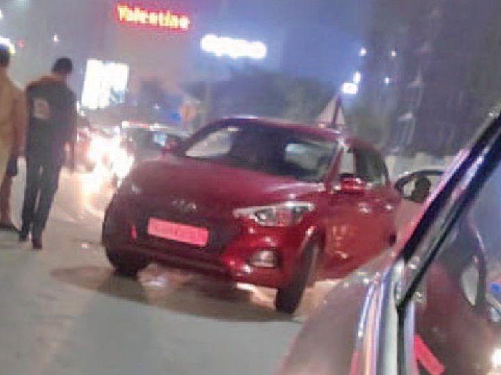 मौके पर टक्कर मारने वाली कार और पुलिस। - Dainik Bhaskar