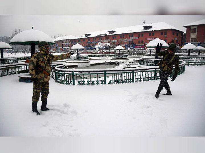 जम्मू-कश्मीर के श्रीनगर में सोमवार को सीआरपीएफ जवानों ने बर्फबारी का मजा लिया। - Dainik Bhaskar