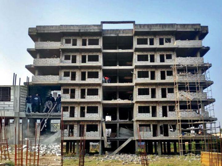 बिल्डिंग परमिशन में दोनों टॉवर को जोड़ने का प्रावधान नहीं था और बालकनी कवर करने की अनुमति भी नहीं दी गई थी। - Dainik Bhaskar