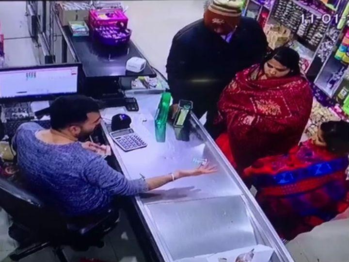 आरोपी महिलाओं से सामान वापस लेता मॉल संचालक। - Dainik Bhaskar