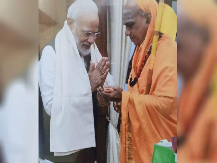 जगदगुरु डा चंद्रशेखर शिवाचार्य महास्वामी ने 26 नवम्बर, 2019 को पीएम मोदी से मिलकर निमंत्रण पत्र सौंपा था। तब पीएम ने हाथ जोड़कर उनका अभिवादन किया था (फाइल फोटो) - Dainik Bhaskar
