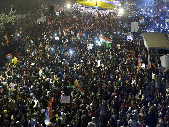 नागरिकता कानून के विरोध में दिल्ली के शाहीन बाग में प्रदर्शन करते लोग। - Dainik Bhaskar