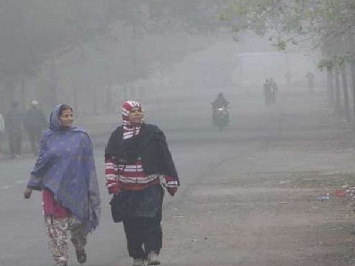 घने कोहरे के बीच सुबह की सेर करती महिलाएं। - Dainik Bhaskar