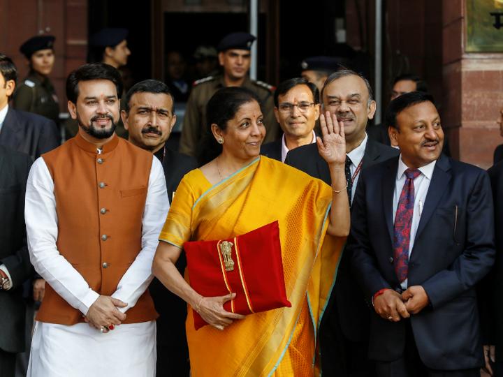 वित्त मंत्री निर्मला सीतारमण ने 17 साल पुराना रिकॉर्ड तोड़ा। शनिवार को समय के हिसाब से सबसे लंबा (2 घंटे 41 मिनट) बजट पेश किया। - Dainik Bhaskar