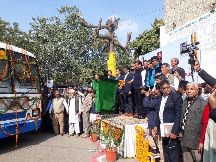 रोडवेज मुख्यालय में नई बसों को हरी झंडी दिखाकर रवाना करते परिवहन मंत्री प्रताप सिंह। - Dainik Bhaskar