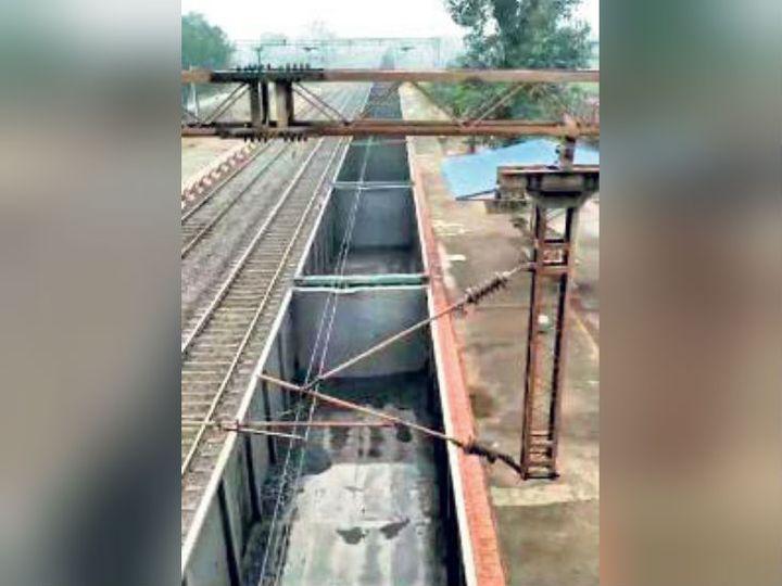 दक्षिण पूर्व मध्य रेलवे के रायपुर डिवीजन के परिचालन विभाग ने तीन इलेक्ट्रिक इंजन के साथ तीन मालगाड़ियों को जोड़कर चलाया। - Dainik Bhaskar