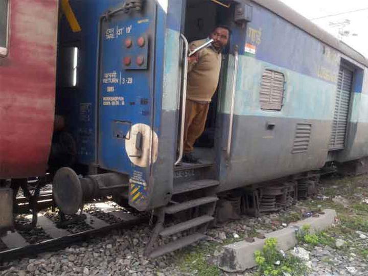 पटरी से उतरी हुई ट्रेन की बोगी। - Dainik Bhaskar