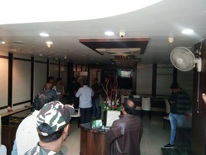 शो रूम में चोरी की सूचना के बाद पहुंची पुलिस - Dainik Bhaskar