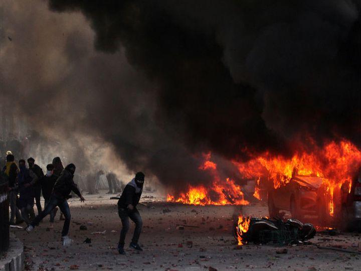 हजरतगंज इलाके में प्रदर्शनकारियों ने कई वाहनों को आग के हवाले कर दिया था। -फाइल - Dainik Bhaskar