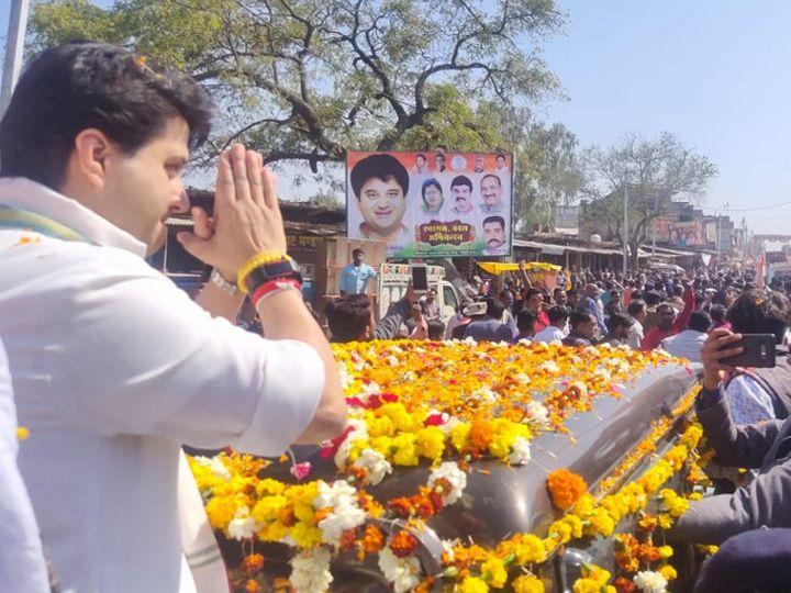 ज्योतिरादित्य सिंधिया गुरुवार को टीकमगढ़ के पृथ्वीपुर विधानसभा क्षेत्र के दौरे पर थे। - Dainik Bhaskar
