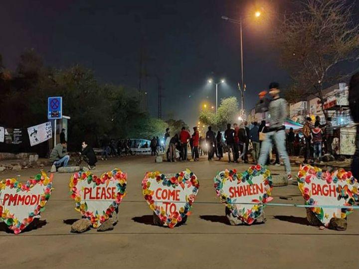 प्रदर्शनकारियों ने आकर्षक ढंग से पोस्टर लिखकर प्रधानमंत्री को आमंत्रित किया। - Dainik Bhaskar