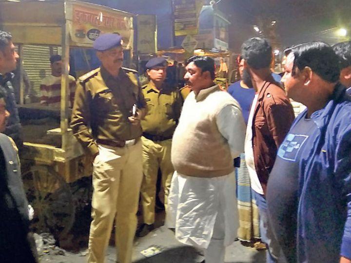 फुलवारीशरीफ में सीएए के खिलाफ चल रहे धरनास्थल पर फायरिंग के बाद लोगों से पूछताछ करती पुलिस। - Dainik Bhaskar