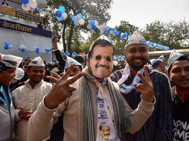 दिल्ली में जीत के बाद पार्टी दफ्तर में जश्न मनाते आप कार्यकर्ता। - Dainik Bhaskar