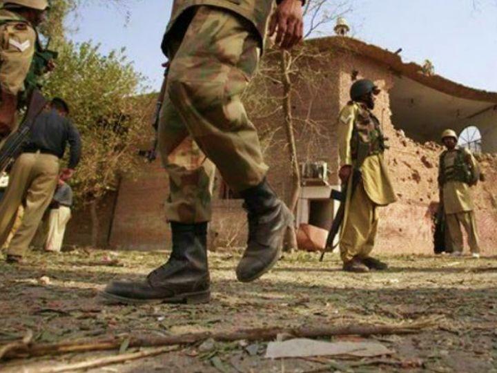 बलूचिस्तान के एक गांव में सर्च ऑपरेशन के दौरान पाकिस्तानी सेना। (फाइल) - Dainik Bhaskar