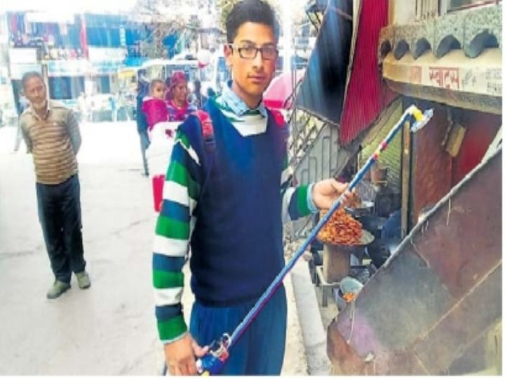 सौर ऊर्जा से चलने वाली घास काटने की मशीन के साथ युगल - Dainik Bhaskar