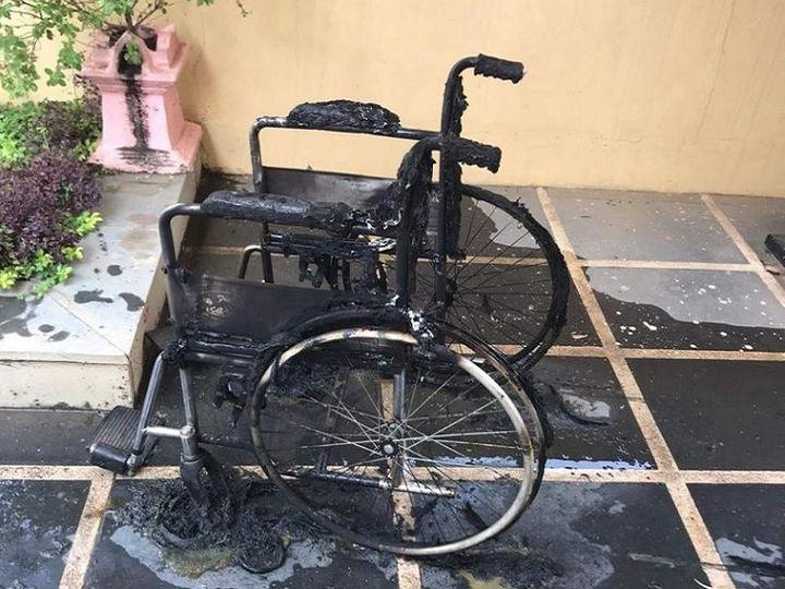 इसी व्हील चेयर पर बैठकर वृद्धा ने खुद को लगा ली आग। - Dainik Bhaskar